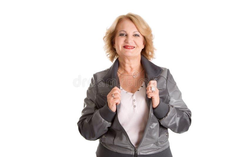 Glimlachende rijpe vrouw - oudere vrouw die op witte achtergrond wordt geïsoleerd stock foto's