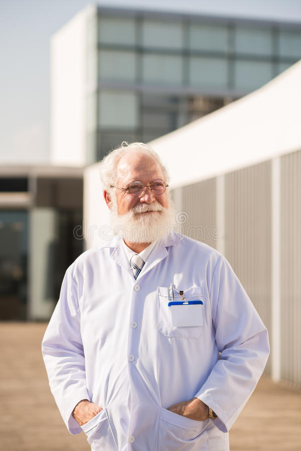 Glimlachende rijpe wetenschapper royalty-vrije stock foto