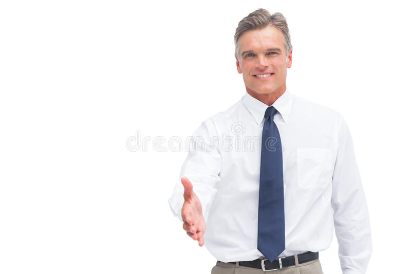 Glimlachende rijpe zakenman klaar om hand te schudden stock afbeelding