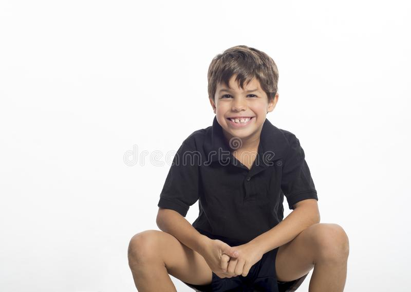 Glimlachende school verouderde jongen in zwart overhemd stock foto's