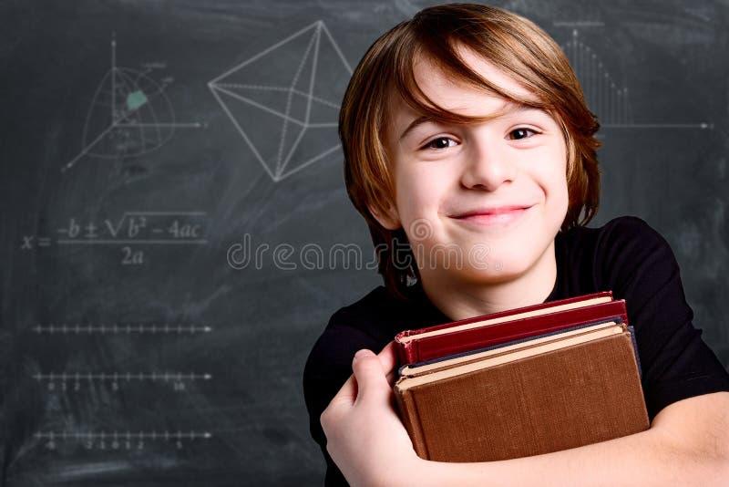 Glimlachende schooljongen stock afbeeldingen