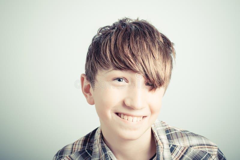 Glimlachende schooljongen stock fotografie