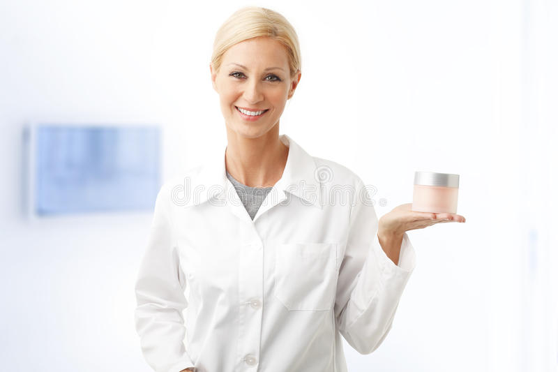 Glimlachende schoonheidstherapeut royalty-vrije stock afbeelding
