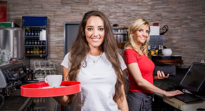 Glimlachende serveerster stock afbeeldingen
