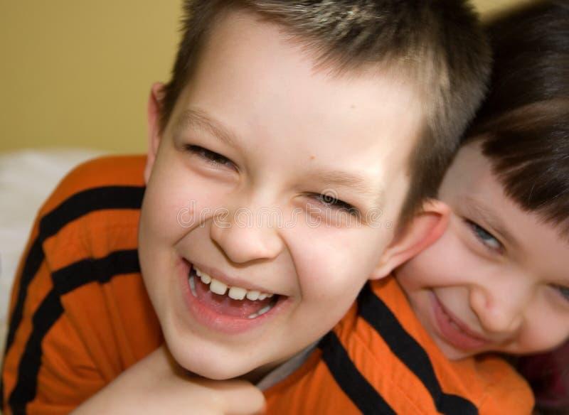 Glimlachende Siblings stock afbeeldingen