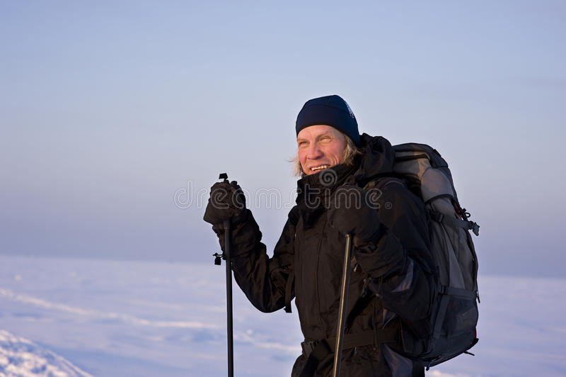 Glimlachende skiër in het hele land royalty-vrije stock foto's