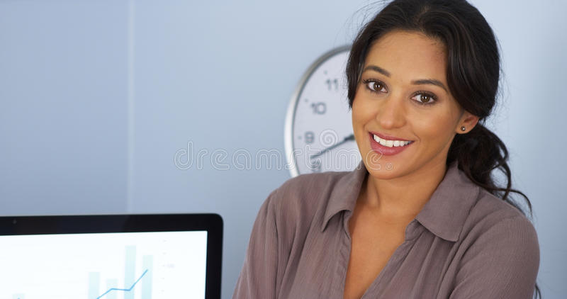 Glimlachende Spaanse bedrijfsvrouw in bureau royalty-vrije stock afbeeldingen
