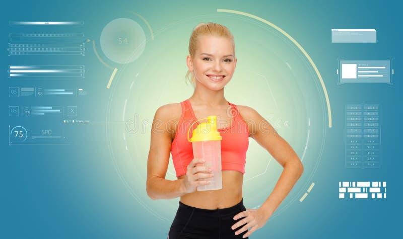 Glimlachende sportieve vrouw met schudbekerfles royalty-vrije stock foto