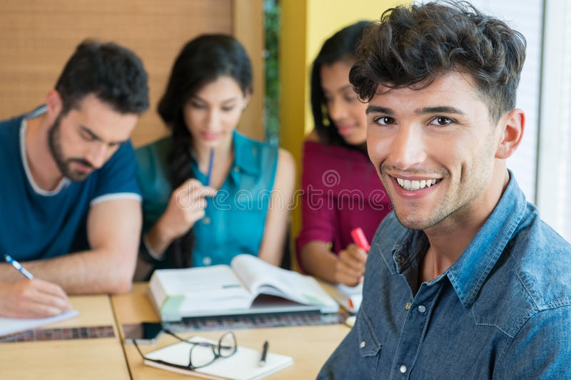 Glimlachende student die camera bekijken royalty-vrije stock fotografie