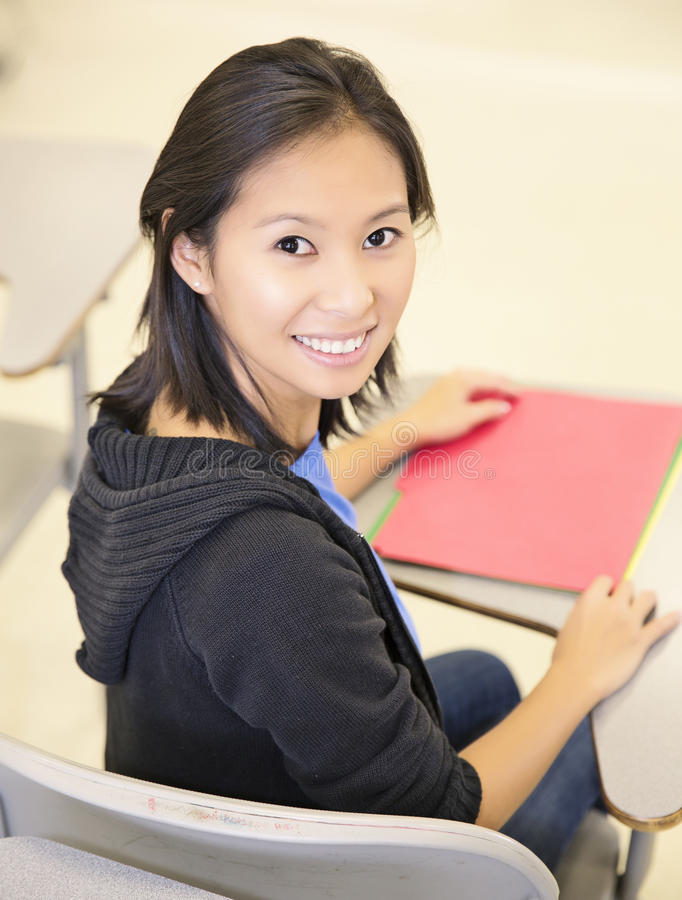 Glimlachende student in klaslokaal stock afbeelding