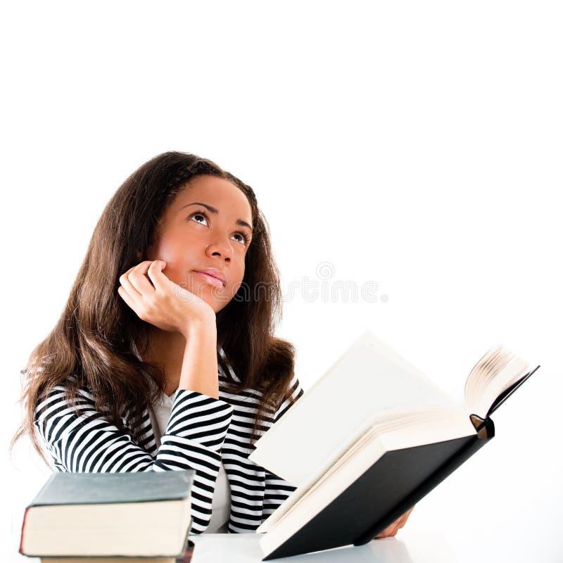Glimlachende student met het open boek denken royalty-vrije stock foto's