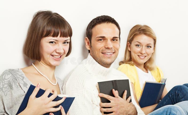 Glimlachende studenten met boeken royalty-vrije stock afbeelding