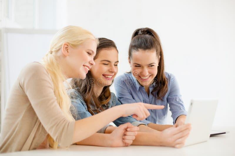 Glimlachende studenten met de computer van tabletpc op school stock fotografie