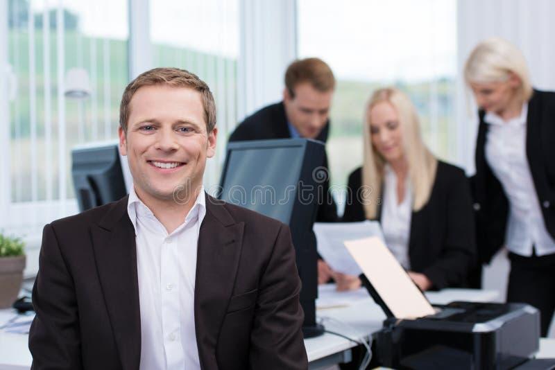 Glimlachende succesvolle jonge zakenman royalty-vrije stock fotografie