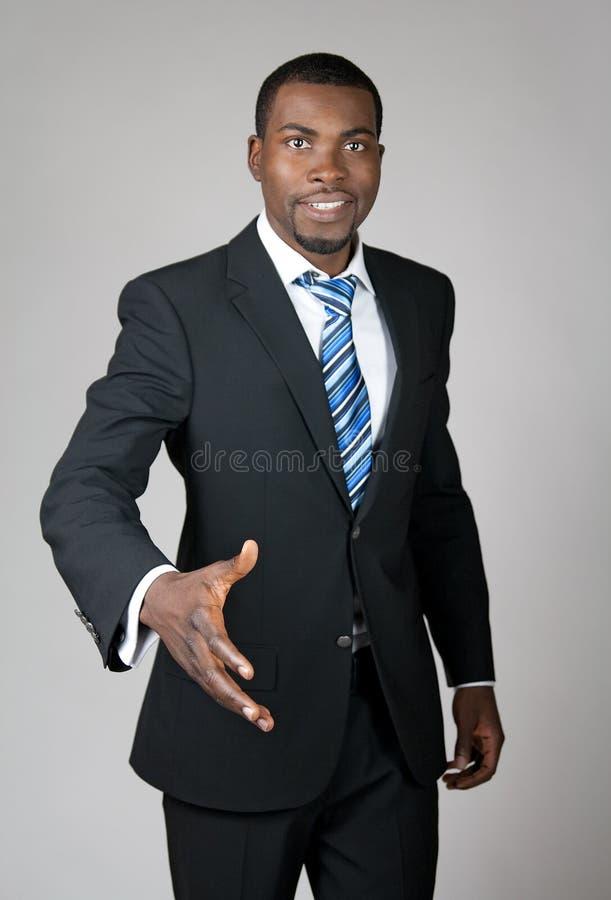Glimlachende succesvolle zakenman die hand geeft royalty-vrije stock foto's