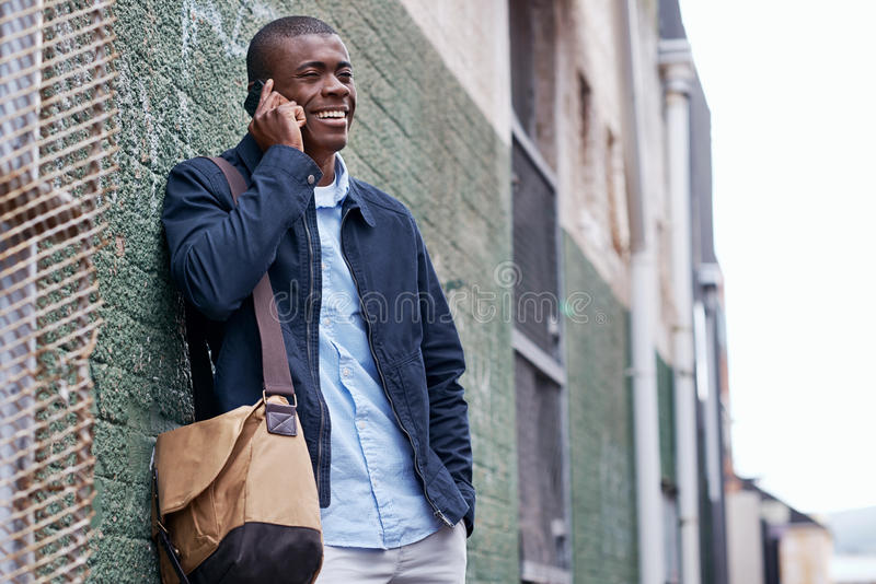 Glimlachende telefoon Afrikaanse mens royalty-vrije stock foto's