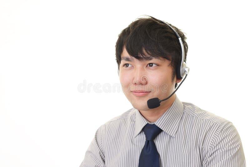 Glimlachende telefoonexploitant royalty-vrije stock foto