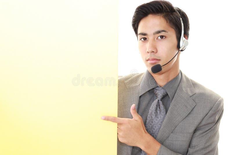 Glimlachende telefoonexploitant stock afbeelding