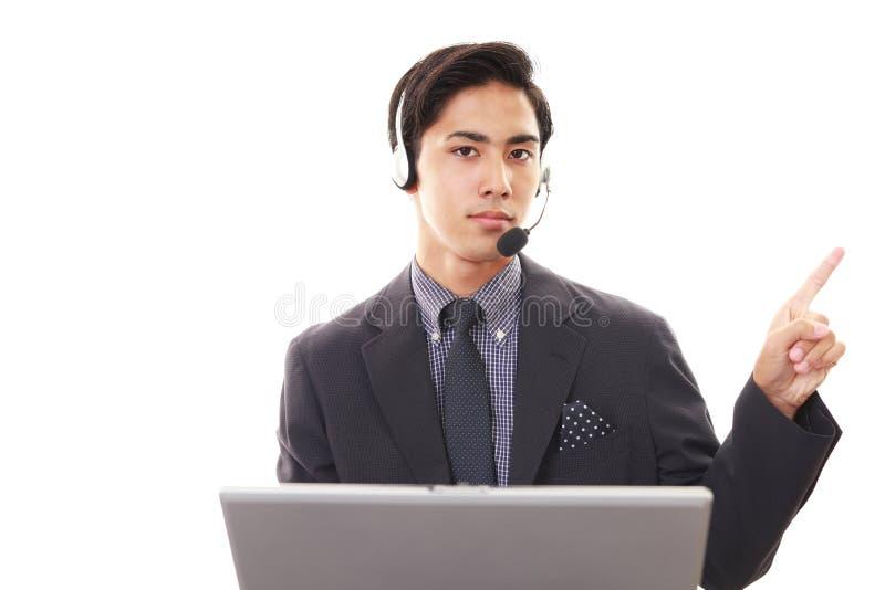Glimlachende telefoonexploitant stock foto's