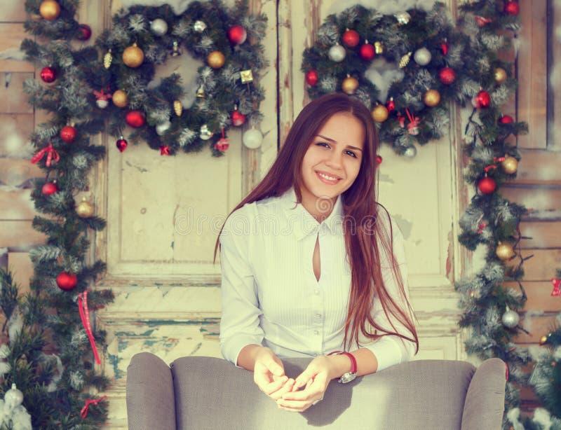 Glimlachende tiener die pret over Kerstmisdecoratie backgr hebben royalty-vrije stock afbeeldingen