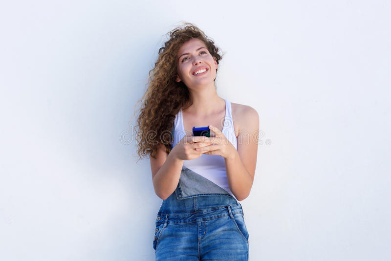 Glimlachende tiener het omhooggaand en houden die slimme telefoon kijken royalty-vrije stock foto