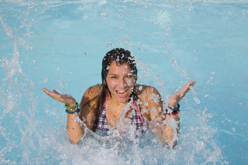Glimlachende tiener in pool royalty-vrije stock foto's