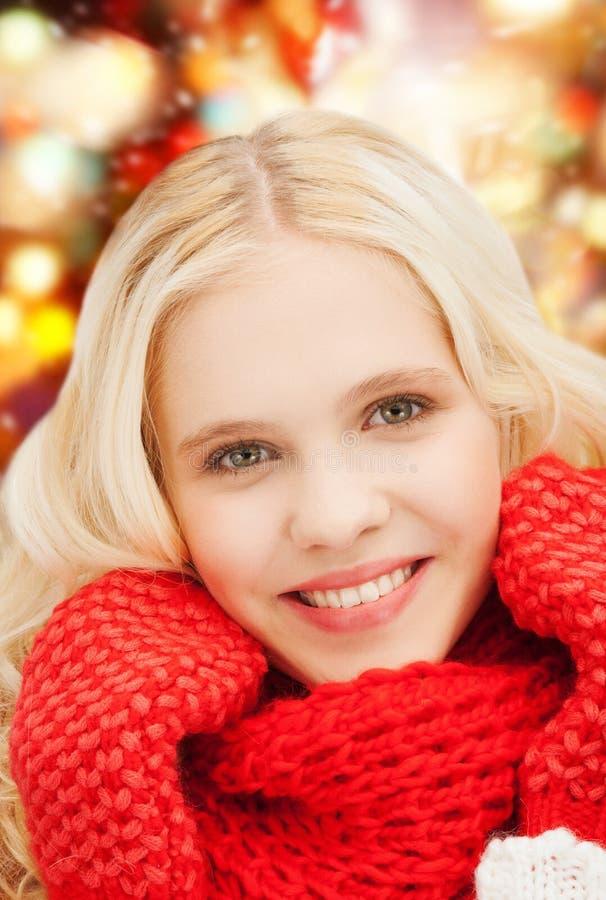 Glimlachende tiener in rode vuisthandschoenen en sjaal stock afbeelding