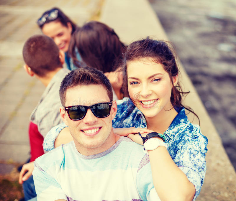 Glimlachende tieners in zonnebril die pret hebben buiten royalty-vrije stock foto