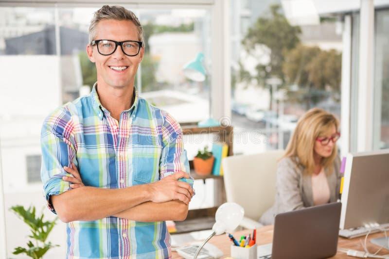 Glimlachende toevallige ontwerper voor zijn werkende collega royalty-vrije stock afbeeldingen