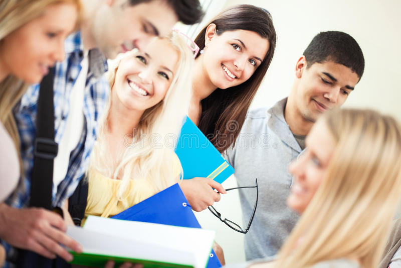 Glimlachende Universitaire Studenten stock foto's