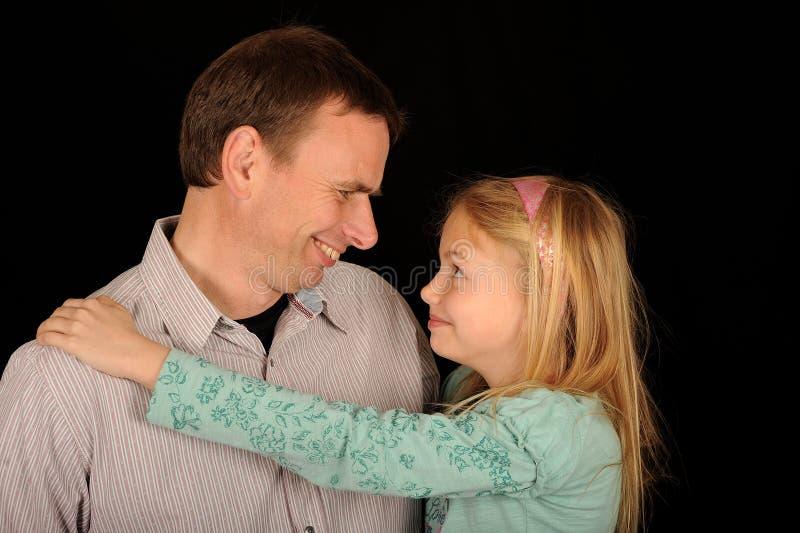Glimlachende vader en dochter royalty-vrije stock afbeelding