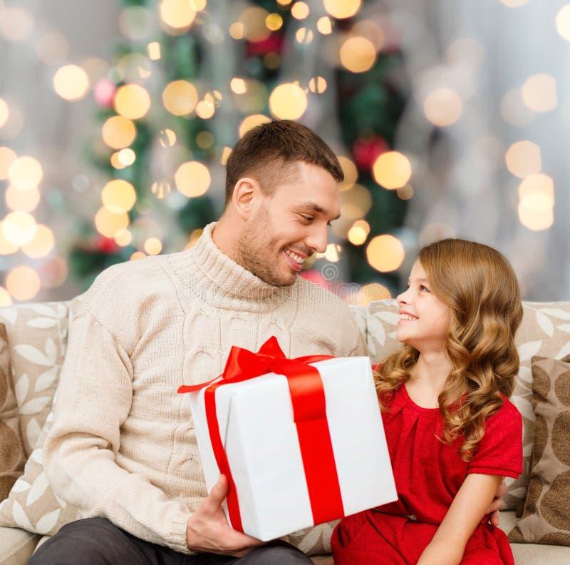 Glimlachende vader en dochter met giftdoos royalty-vrije stock afbeeldingen
