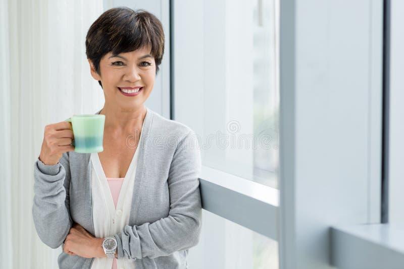 Glimlachende verouderde vrouw royalty-vrije stock fotografie