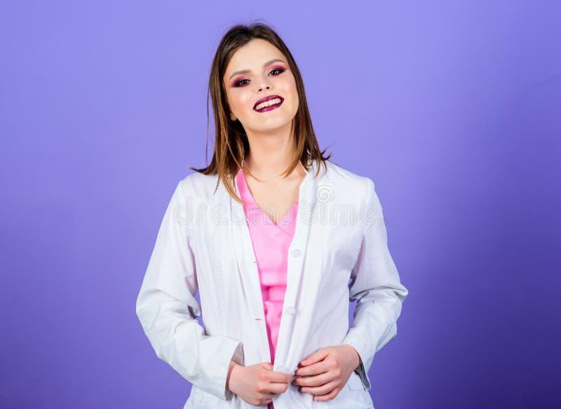 Glimlachende verpleegster in witte eenvormig sexy vrouw arts Gezondheidszorg en medisch concept Arts en Pati?nt Gezondheidszorg e stock foto's