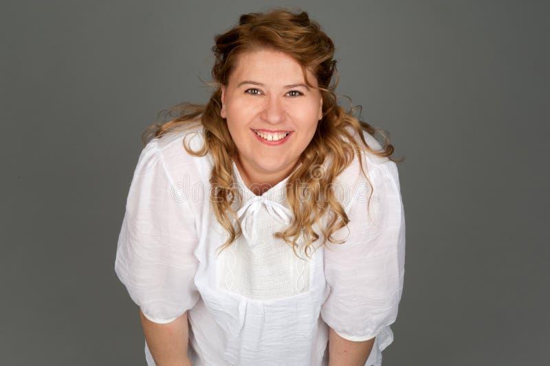 Glimlachende vette vrouw royalty-vrije stock foto's