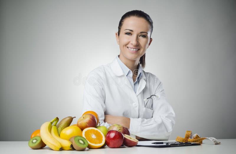 Glimlachende voedingsdeskundige op het werk royalty-vrije stock foto