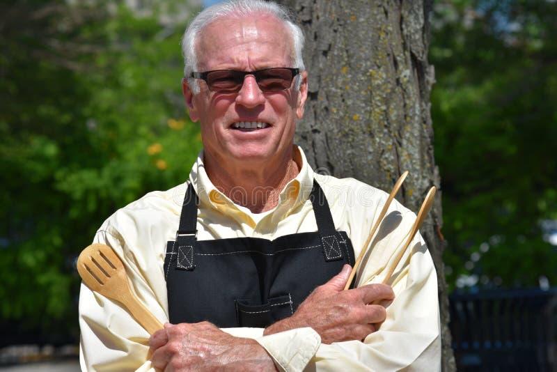 Glimlachende Volwassen Teruggetrokken Mannelijke Cook royalty-vrije stock foto's