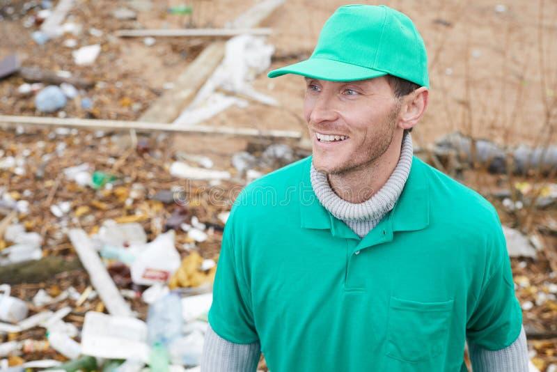 Glimlachende volwassen vrijwilligersmens op verontreinigde plaats royalty-vrije stock afbeelding