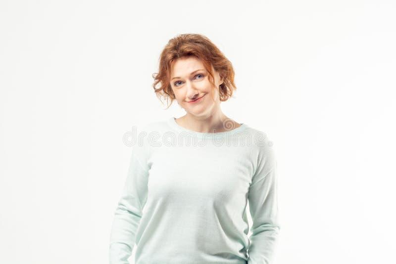 Glimlachende volwassen vrouw die camera onderzoeken stock fotografie
