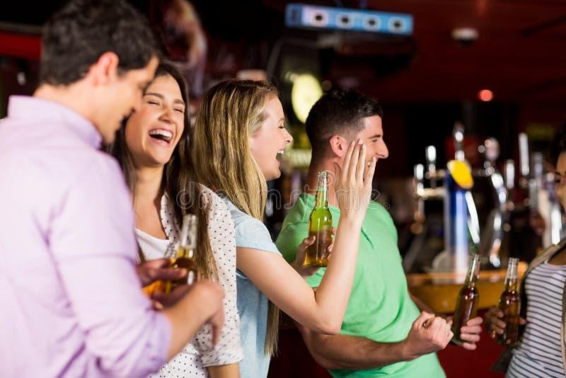 Glimlachende vrienden die pret hebben royalty-vrije stock afbeelding