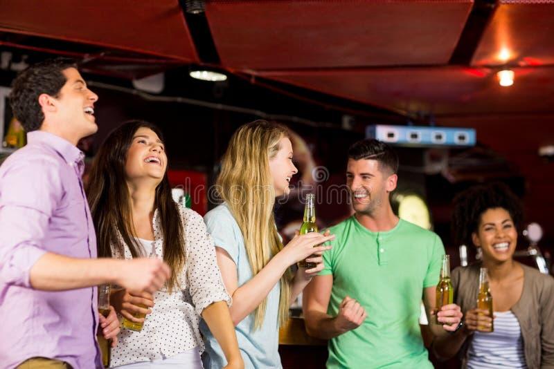 Glimlachende vrienden die pret hebben stock foto's