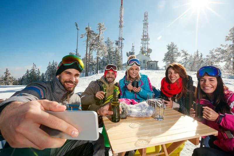 Download Glimlachende Vrienden Die Selfie In Koffie Bij Skitoevlucht Nemen Stock Afbeelding - Afbeelding bestaande uit koude, vrienden: 107707193