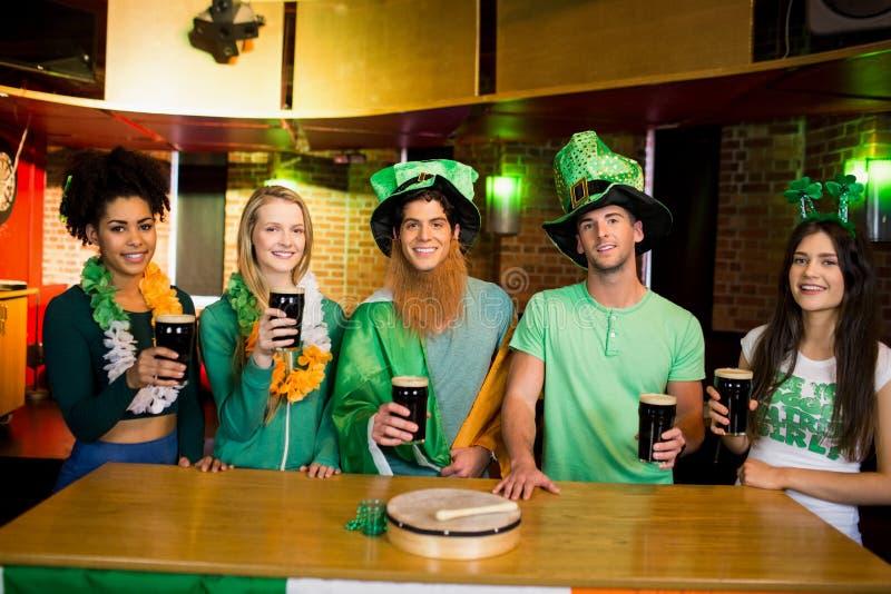 Glimlachende vrienden met Ierse toebehoren royalty-vrije stock foto