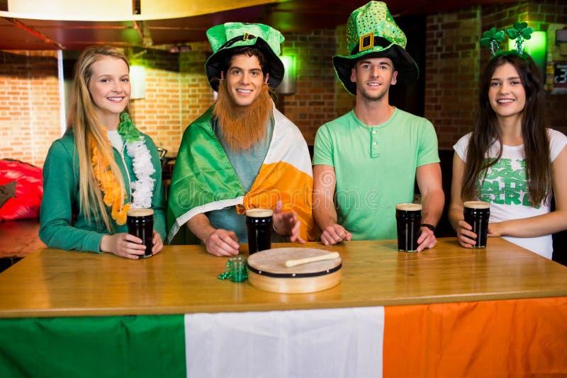 Glimlachende vrienden met Ierse toebehoren stock afbeelding