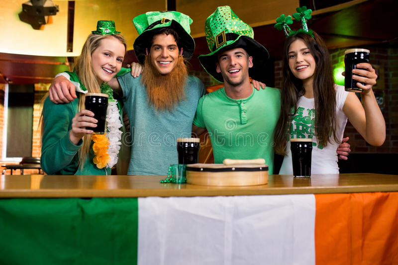 Glimlachende vrienden met Ierse toebehoren stock afbeeldingen