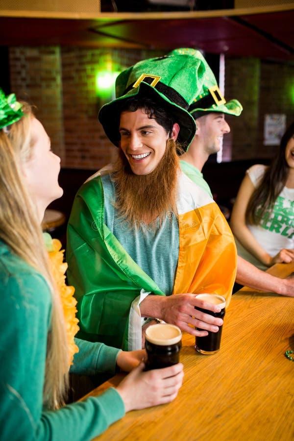 Glimlachende vrienden met Ierse toebehoren royalty-vrije stock foto's