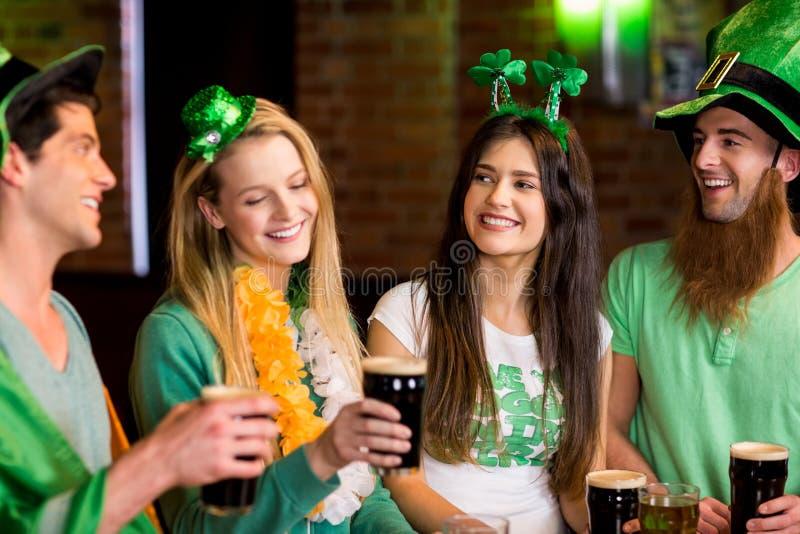 Glimlachende vrienden met Ierse toebehoren royalty-vrije stock fotografie