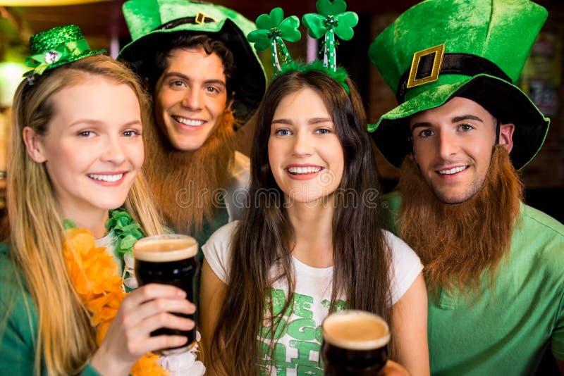 Glimlachende vrienden met Ierse toebehoren royalty-vrije stock afbeeldingen