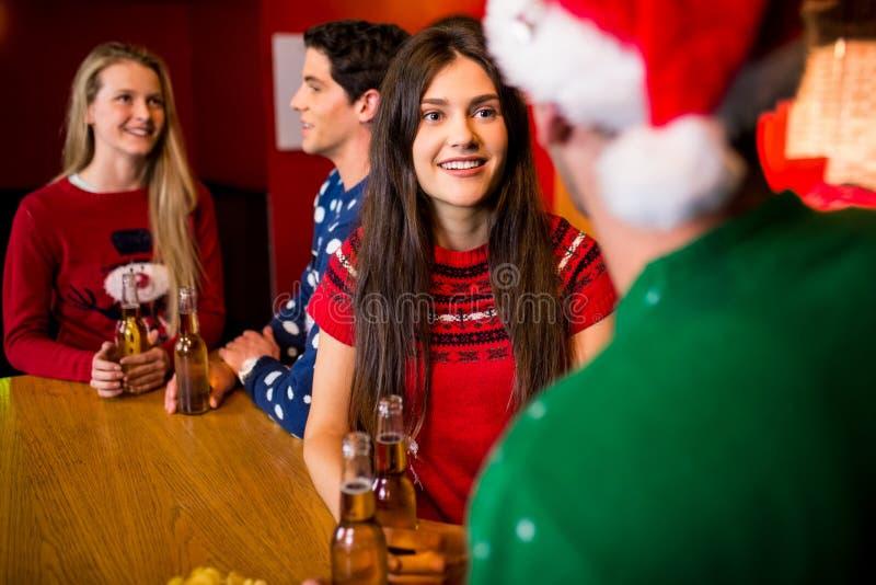 Glimlachende vrienden met Kerstmistoebehoren royalty-vrije stock foto's