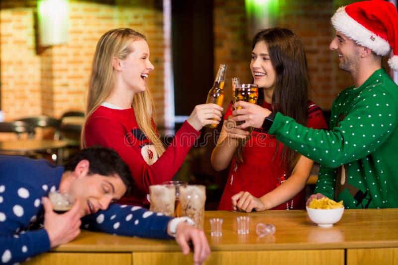 Glimlachende vrienden met Kerstmistoebehoren stock fotografie